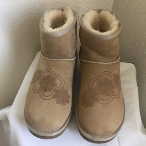 Ugg shearling style boots with pattern.